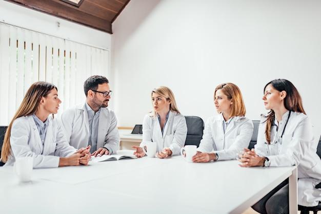 Reunião da equipe médica.