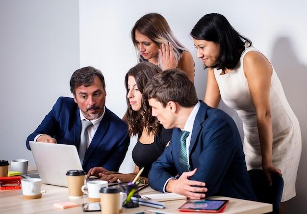 Reunião da equipe na maquete do escritório