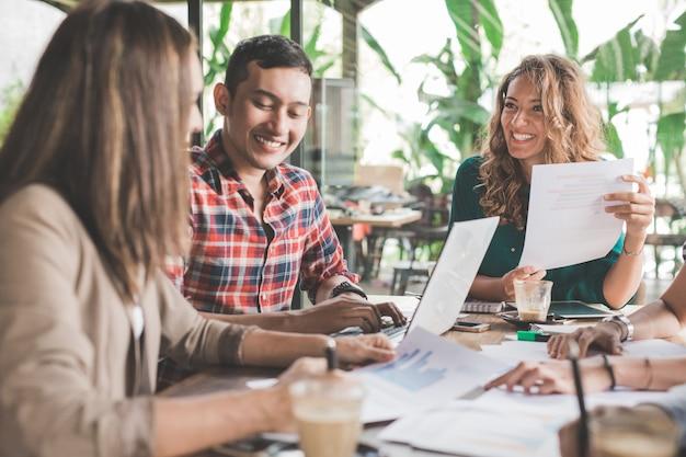 Reunião de brainstorming de designer criativo de negócios em um café