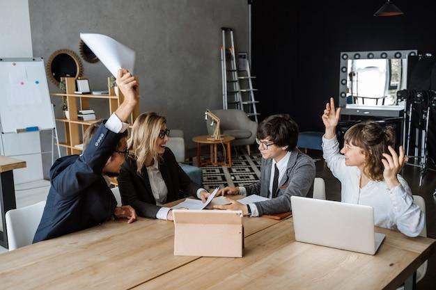 Reunião de brainstorming de trabalho em equipe de diversidade de inicialização