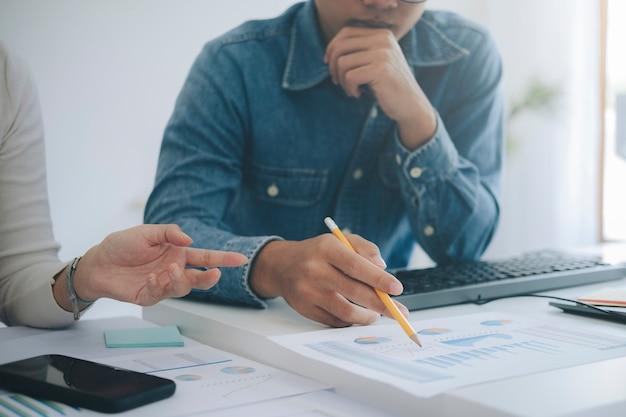 Reunião de brainstorming de trabalho em equipe de jovens empresários de startups para discutir o investimento do novo projeto