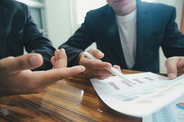 Reunião de brainstorming do trabalho em equipe dos jovens empresários de inicialização para discutir o novo investimento do projeto.