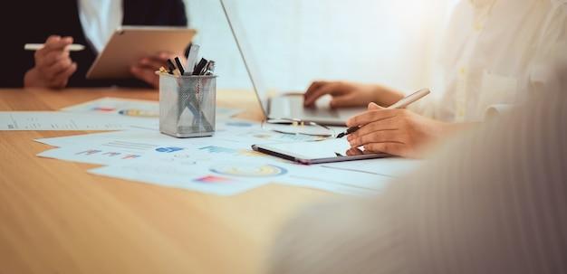 Reunião de brainstorming dos trabalhos de equipa e projeto startup novo no local de trabalho, conceito bem sucedido do trabalho da qualidade, efeito do vintage.