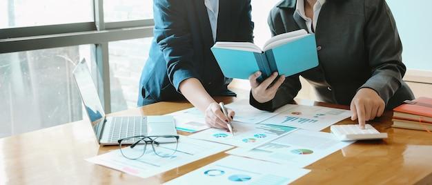 Reunião de consultores de negócios asiáticos para analisar e discutir a situação no relatório financeiro