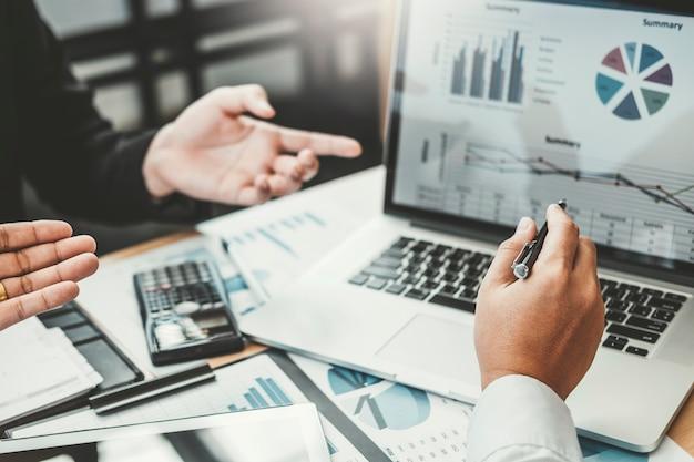 Reunião de consultoria de negócios trabalhando e brainstorming novo financiamento de projeto de negócios