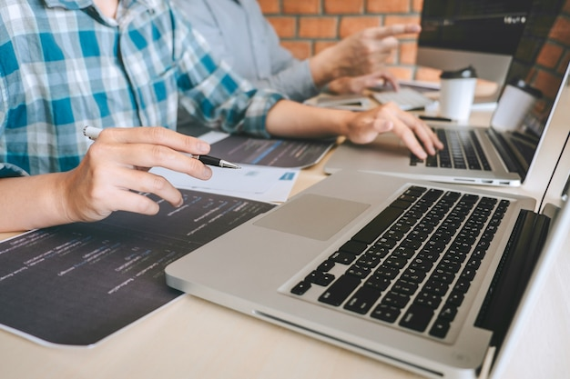 Reunião de cooperação para programadores profissionais para desenvolvedores, brainstorming e programação no site, trabalhando com tecnologia de terceirização e codificação de software, escrevendo códigos e banco de dados