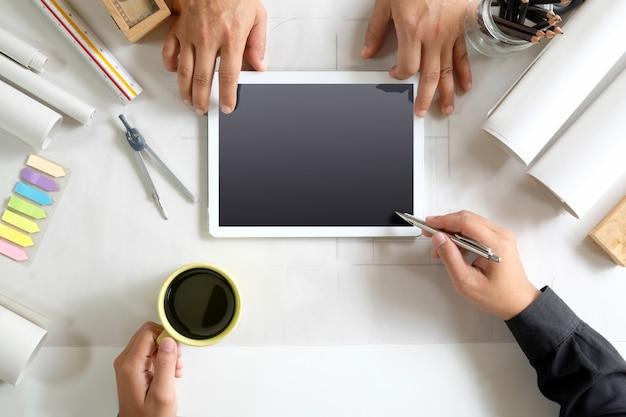 Reunião de designer de interiores para projeto arquitetônico com tablet