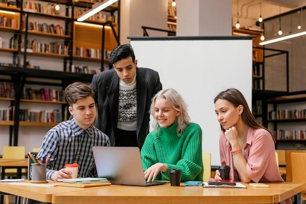 Reunião de empresários no escritório