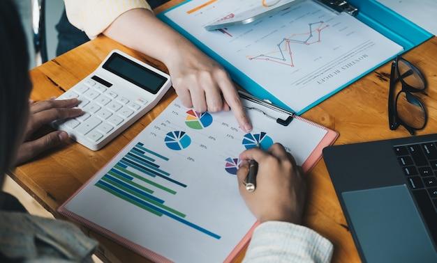 Reunião de empresários para discutir a situação do mercado. conceito financeiro de negócios.