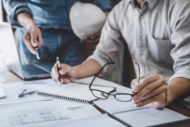 Reunião de engenheiro para projeto trabalhando com parceiro e ferramentas na construção de modelo e blueprint