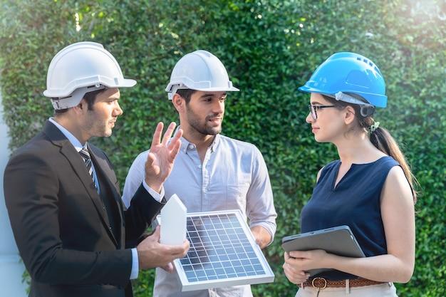 Reunião de engenheiros de negócios inovadores e mais eficientes conceito de bateria de painel solar de energia renovável funcionando.
