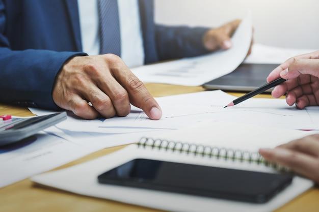 Reunião de equipe de conta empresarial com gerenciamento de relatórios de finanças