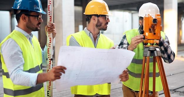 Reunião de equipe de engenharia de arquitetura no canteiro de obras