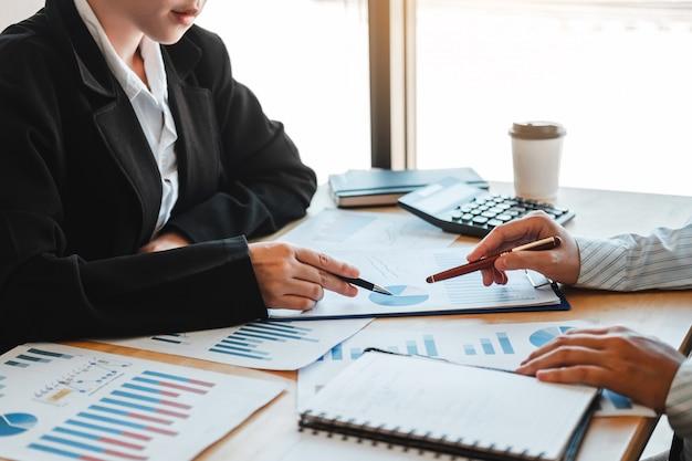 Reunião de equipe de negócios planejamento de estratégia com novo plano de projeto de inicialização finanças e economia gráfico com laptop