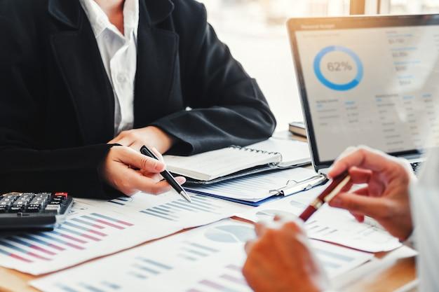 Reunião de equipe de negócios planejamento de estratégia com novo plano de projeto de inicialização
