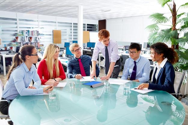 Reunião de equipe de pessoas de negócios executivo no escritório