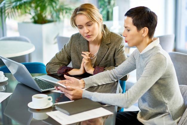 Reunião de equipe feminina de negócios no escritório