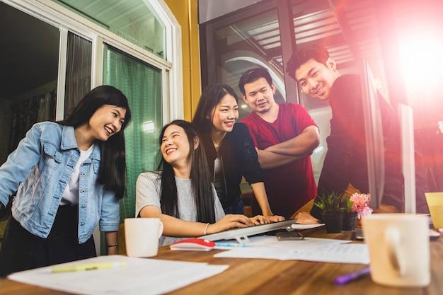 Reunião de equipe freelance asiática mais jovem para solução de projeto no escritório em casa