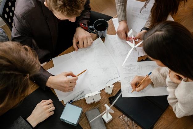 Reunião de equipe para projeto de energia renovável