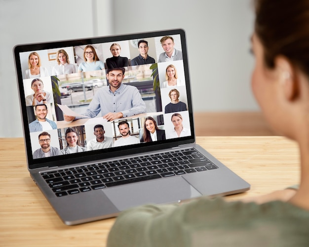 Reunião de equipe por teleconferência on-line no laptop
