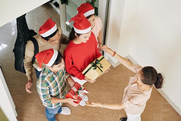 Reunião de família na manhã de natal
