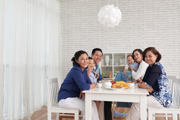 Reunião de família na mesa de jantar