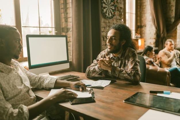 Reunião de freelancers no escritório de estilo loft criativo