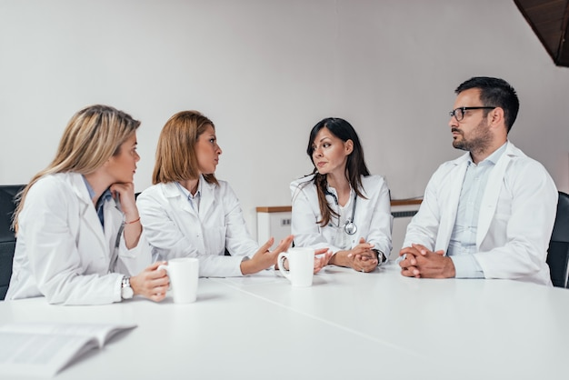 Reunião de funcionários do hospital na sala de conferências.