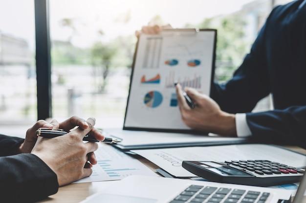 Reunião de gerente de finanças discutindo estatísticas financeiras do sucesso do projeto de crescimento da empresa