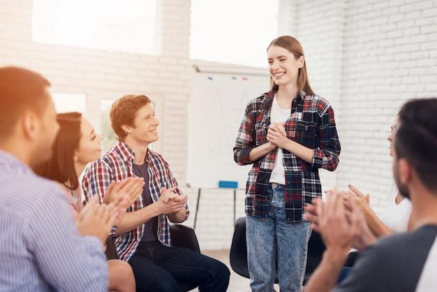 Reunião de grupo de apoio na sala de apoio