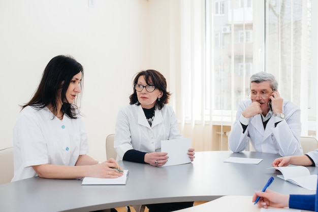 Reunião de médicos na clínica sobre a epidemia de vírus. vírus e epidemia, quarentena.
