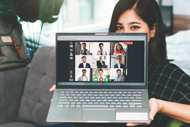 Reunião de mulher de negócios asiáticos com pessoas de negócios multiétnicas e conferência vdo ao vivo no trabalho do conceito de casa
