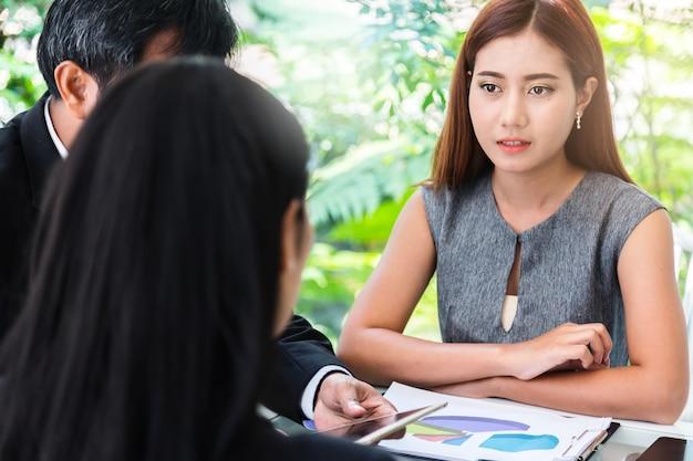Reunião de mulher de negócios com colega de trabalho no escritório