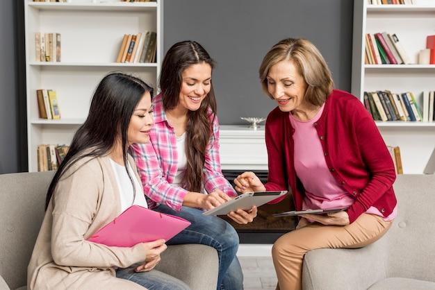 Reunião de mulheres de alto ângulo em casa