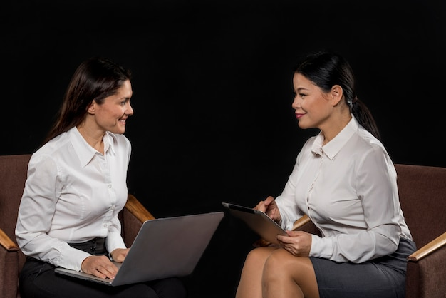 Reunião de mulheres de alto ângulo