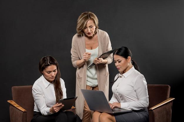 Reunião de mulheres de negócios