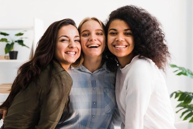 Reunião de mulheres sorridentes