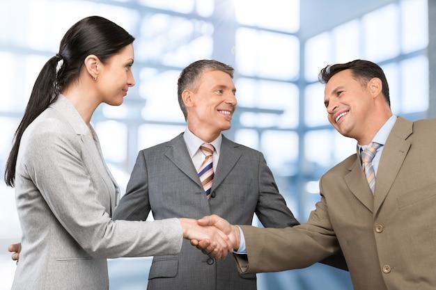 Reunião de negócios - aperto de mão de homem e mulher