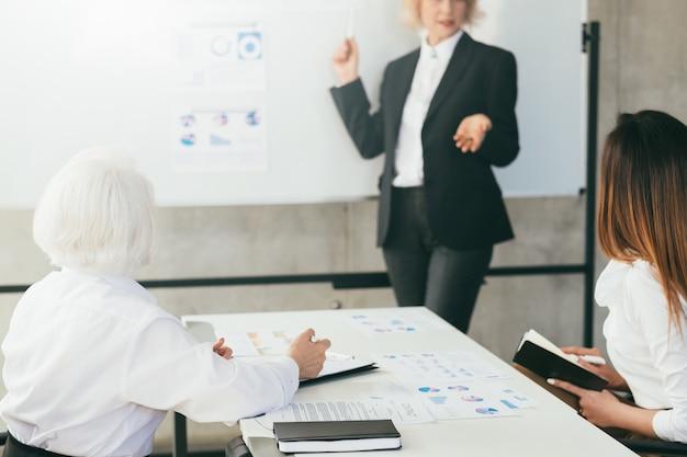 Reunião de negócios. apresentação do palestrante. analise financeira. estatísticas de desempenho do projeto.