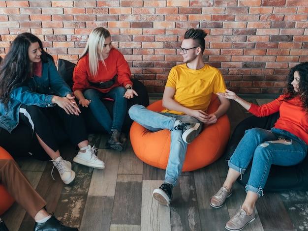 Reunião de negócios casual. a equipe da geração do milênio conversando, compartilhando ideias.