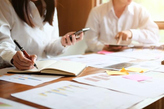 Reunião de negócios com controle de finanças de consulta.