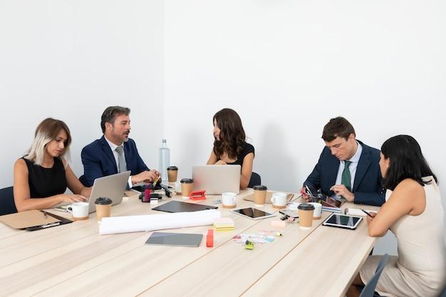 Reunião de negócios com funcionários