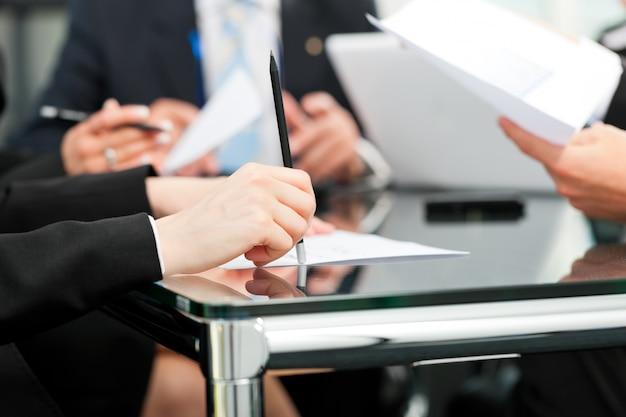 Reunião de negócios com trabalho em contrato