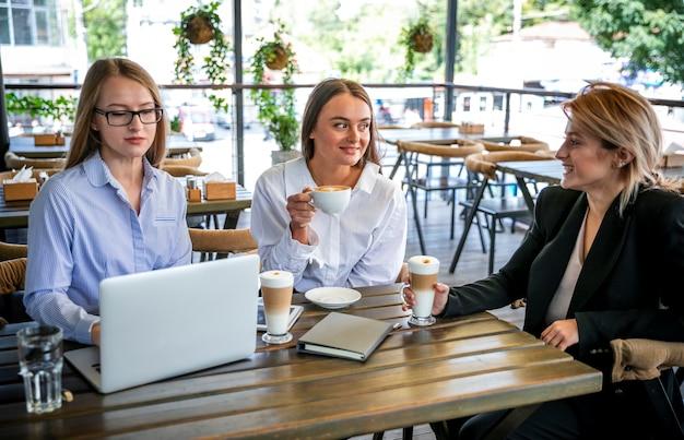 Reunião de negócios de alto ângulo com mulheres