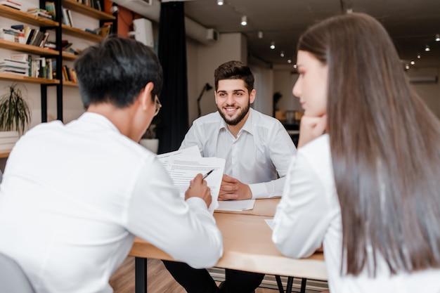 Reunião de negócios de jovens diversas no escritório