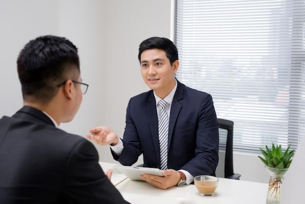 Reunião de negócios. dois executivos sentados frente a frente no escritório enquanto discutem algo