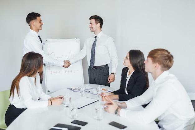 Reunião de negócios. dois trabalhadores bem-sucedidos falam sobre trabalho