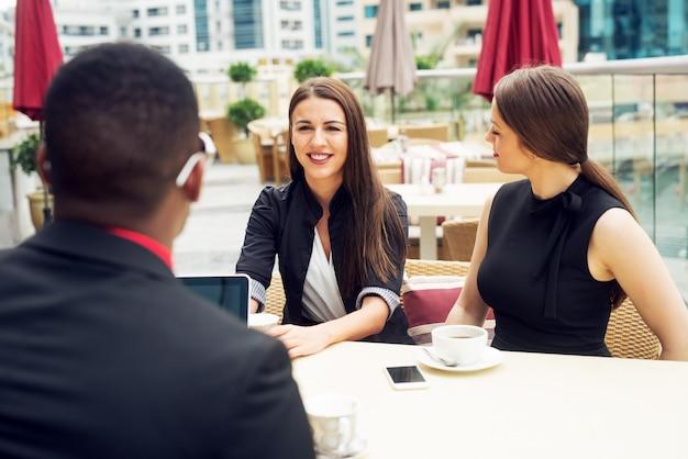 Reunião de negócios e apresentação fora do escritório para colegas.