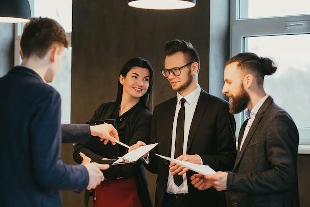 Reunião de negócios. gerenciamento de projetos. vida corporativa. colegas masculinos e femininos compartilhando ideias. atmosfera profissional positiva.