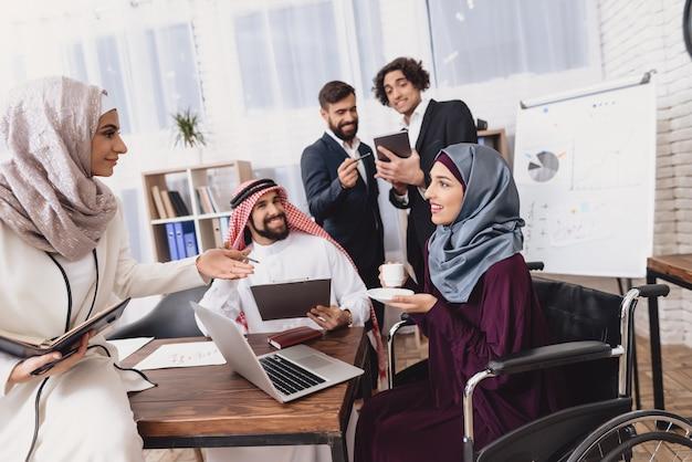 Reunião de negócios informais coffee break no escritório.